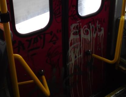 Zdewastowane wnętrze tramwaju